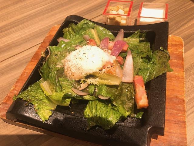 熱々鉄板焼きのサラダ、シーザー仕立て