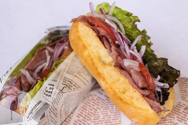 ◆選べる朝食◆-パストラミビーフのカスクート-日替わりで3種類のサンドイッチをご用意しています!お好きなものを1つお選びください☆ ※写真はイメージです