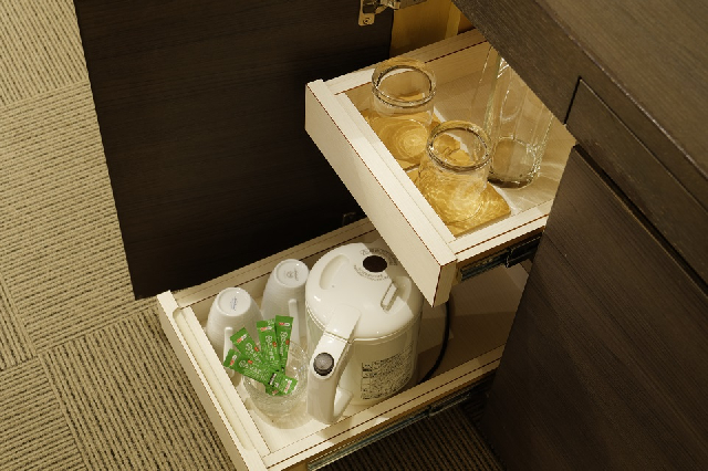 客室内には電気ケトル、マグカップやグラスをご用意しております